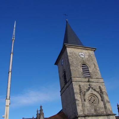 Le clocher et la croix attendent le coq